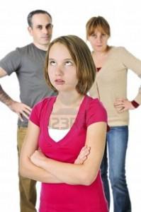 4184556-teenage-ragazza-rotazione-gli-occhi-di-fronte-a-genitori-arrabbiati